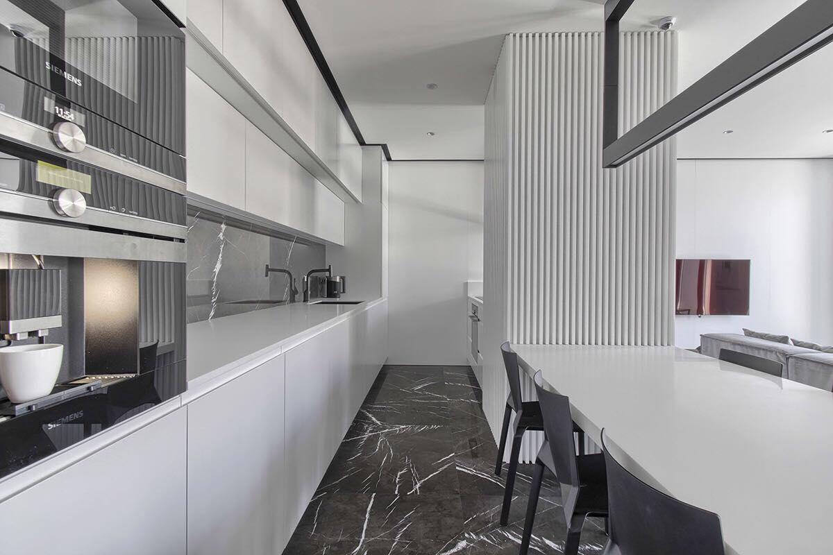 Biała Kuchnia Z Kamienną Podłogą Muc Scott Interiors